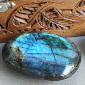 labradoriet handgeslepen steen